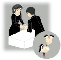 1. 参列者はローソク「華蓮カップ」を受け取ります。
